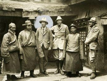 George Mallory (midden, met cirkel rond het hoofd) en andere leden van de Engelse expeditie die in 1924 als eerste de top van de Mount Everest wilde bereiken. Mallory verloor zijn leven bij de expeditie.